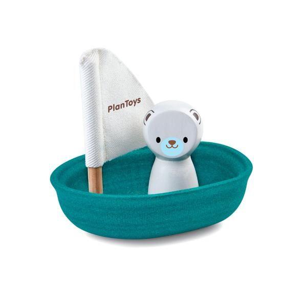 Sød lille isbjørn i sejlbåd, som er klar til at tage turen fra Nordpolen og ned i dit badekar. Køb Plan Toys badeletøj i træ, som ikke suger vand. Se mere på Lirumlarumleg.dk