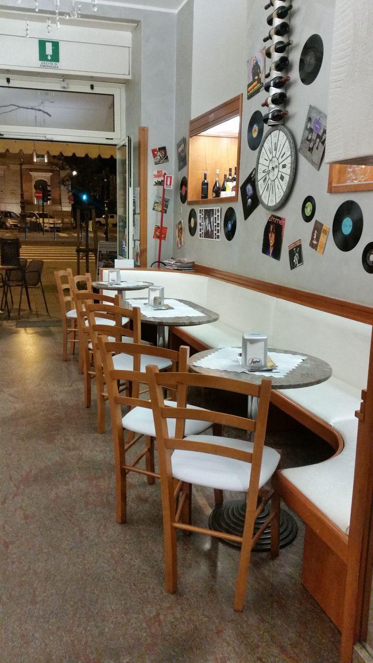 """Sedie e tavoli Pub Ristoranti Pizzerie MAIERON SNC www.mobilificioma... - www.facebook.com/... - 0433775330. Sedie Venezia Paesana in stile rustico color ciliegio con seduta imbottita e rivestita similpelle Bianca """"Caffè Retrò"""" a Trieste. Sedie e tavoli pub, bar, ristoranti e pizzerie. #arredoRistorantemaieron #arredoristorante #tavoliesedie #arredoristorante, #arredopub #sedievenezia #tavolisedieshabby #tavoli ristorante #sedie ristorante #tavoli pub #tavoli ristorante"""