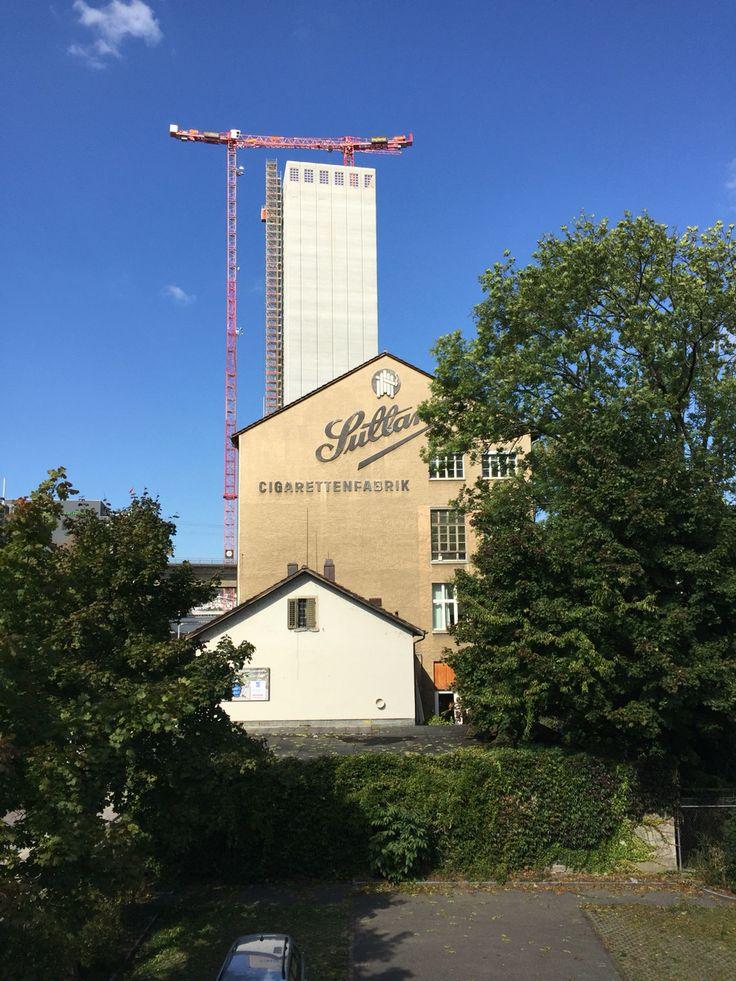 Neubau Getreidesilo an der Limmat, Swissmill Tower vor Fertigstellung im Herbst 2015. Sicht aus Wipkingen, Viaduktbrücke