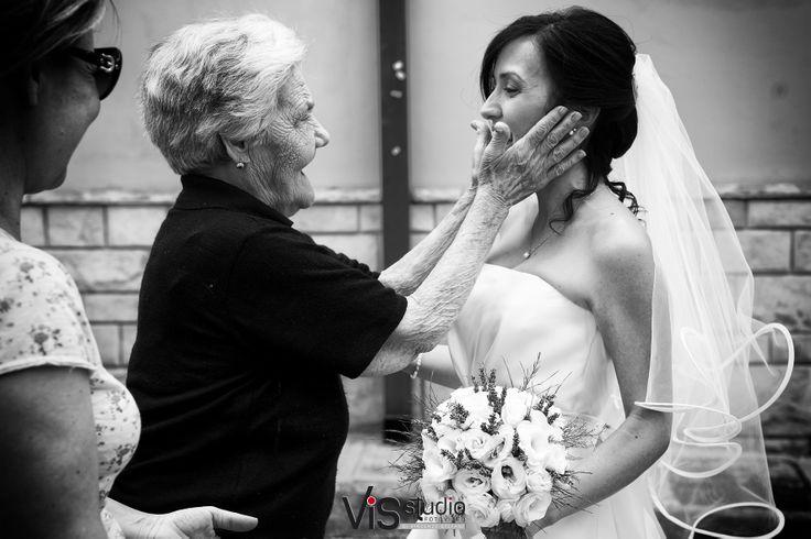 #wedding #matrimonio #sposi #weddingpuglia #bride #hugs #sanmarzano #visstudio #weddingsalento #grottaglie #passeggiata #reportage #weddinglove #love #walkinglove #saluto #bouquet
