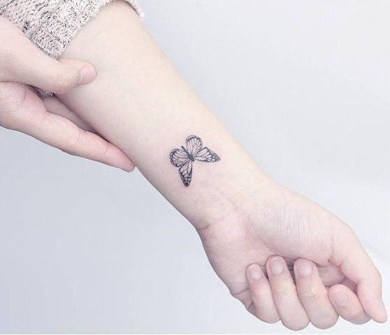 43 tatuagens femininas para o pulso | Butterfly wrist tattoo, Tiny butterfly tattoo, Small butterfly tattoo