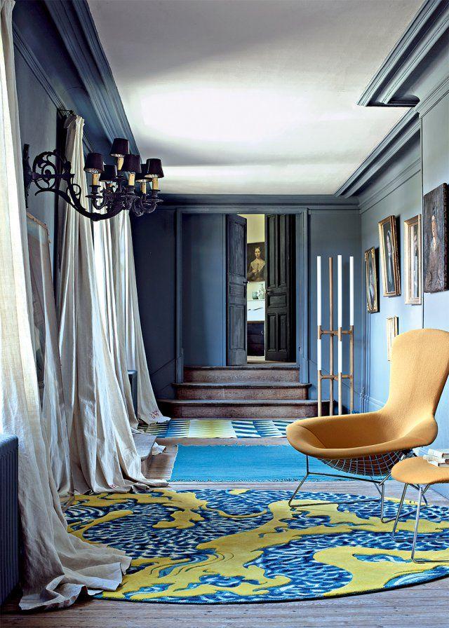 Bleu indigo aux murs, bleu turquoise et vert anis au sol : l'ensemble, sobre mais éclectique, est d'un grand chic.