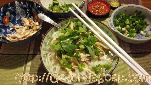 Zeer makkelijk recept om thuis lekkere Pho Ga Vietnamese kip noedelsoep te maken, zodat je goedkoop, zonder ver te reizen, zal genieten van warme maaltijdsoep.