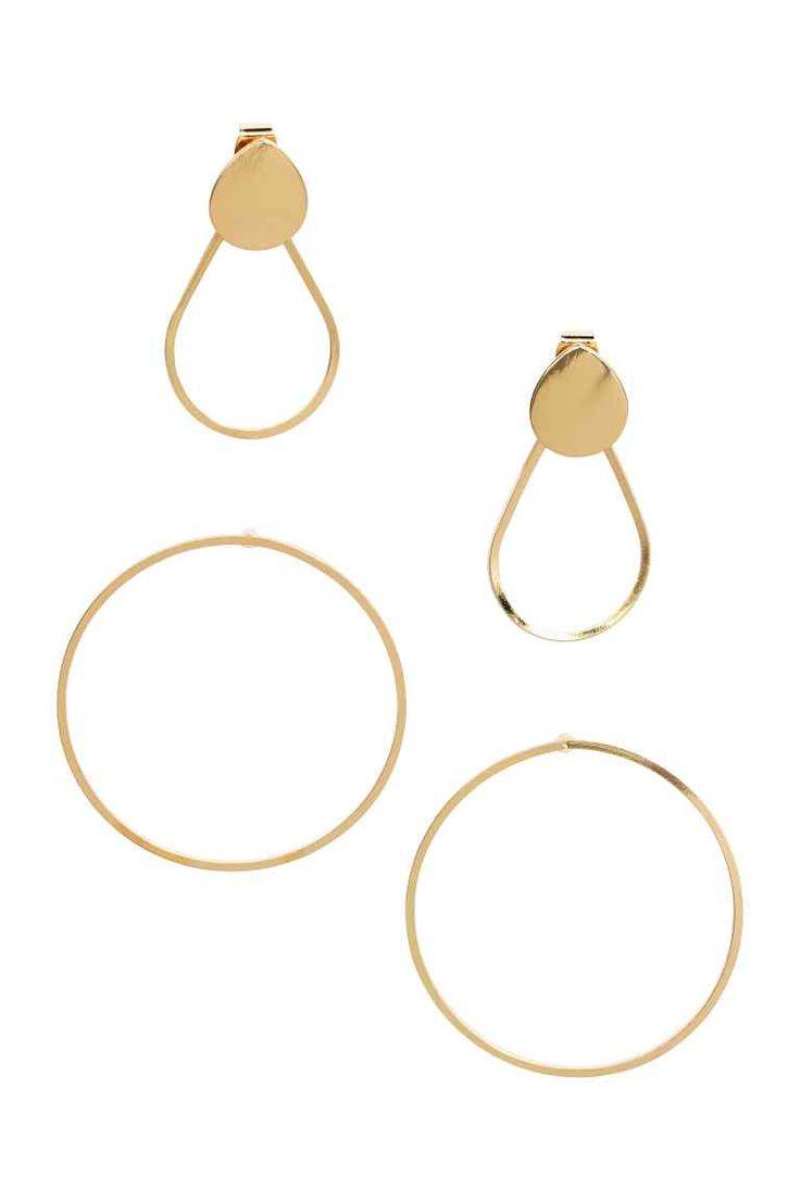 Orecchini, 2 paia: Orecchini in metallo dorato. Un paio ad anello e un paio di piccoli orecchini a bottone con anello a goccia dietro. Diametro del modello rotondo, 3,5 cm, lunghezza di quello a goccia, 3 cm.