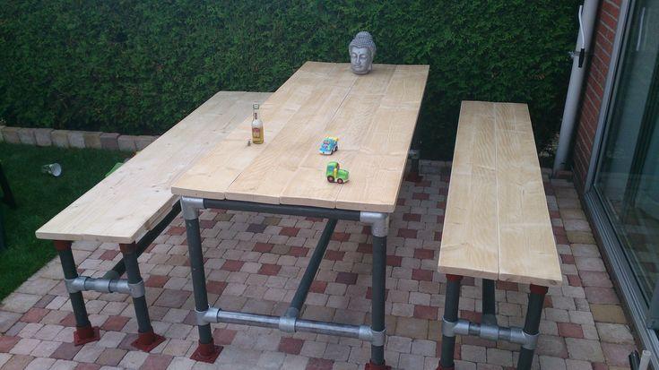 Tuintafel / picknick tafel van hout en stalenbuizen, koppelingen en klemmen.