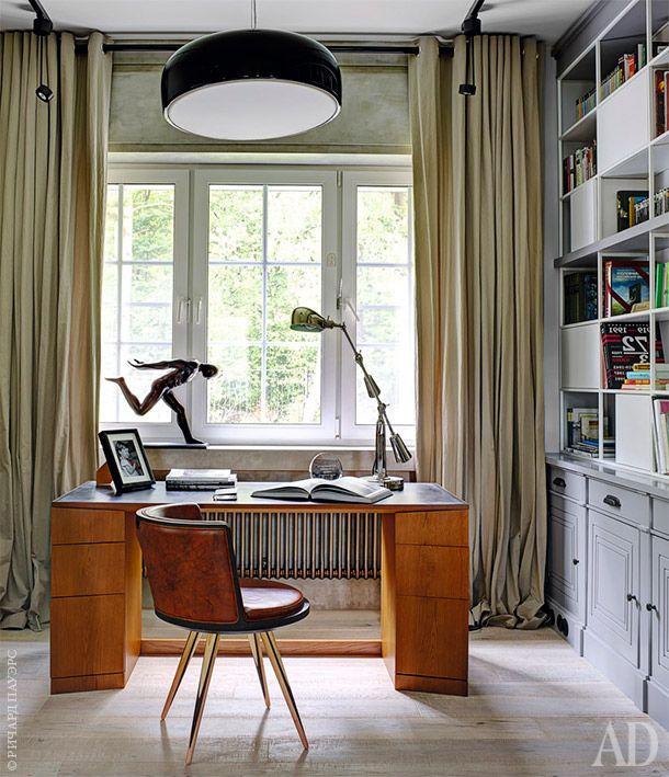"""Кабинет на первом этаже. Письменный стол, стеллаж и металлический карниз для штор из гнутой трубы выполнены на заказ по эскизам """"Мастерской № 17"""". Стул Carambola, дизайнер Маурицио Дуранти, Morelato; светильник Smithfield по дизайну Джаспера Моррисона, Flos; точечные светильники, Axo Light."""