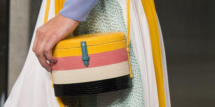 Dalle tracolle alle borse da portare a mano, dalle nuove belt bag alle immancabili pochette ecco le borse di tendenza e le it bag più cool in diretta dalle sfilate