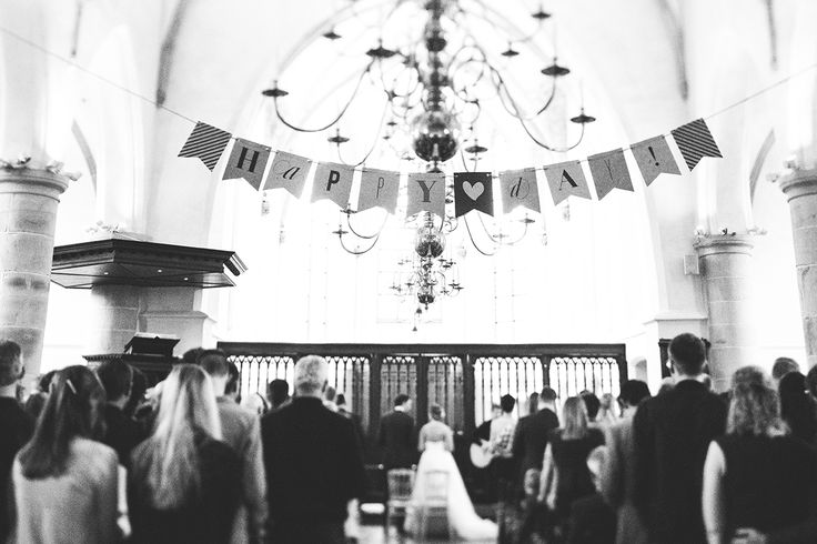Foto's: Dorien Scheltens Fotografie//Jurk: Prinses Bruidsmode//Pak: Hemsted//Haar: Janey van Dongen Flowercrown, bruidsboeket, bruidegomscorsage, autobloemen: Puravie//Kerk: Grote Kerk Epe