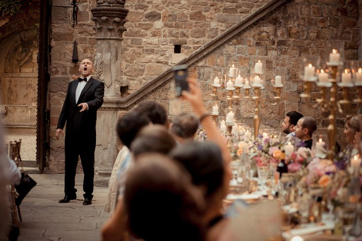 A picture of the tenor show. He enchanted the guests