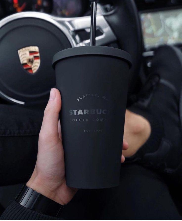 Warum Schwarz ein starkes Werkzeug ist, um Luxus zu kennzeichnen Marken verwenden Schwarz, um Exklusivität und Glamour zu kennzeichnen.