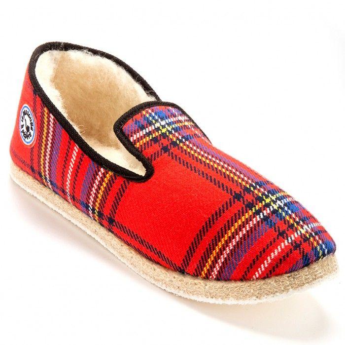 Pas besoin de porter le kilt pour être en Scottish... Composition : dessus coton100% - intérieur laine100% - semelle feutre avec patin caoutchouc anti-dérapant. La charentaise est un chausson chaud, confortable et léger. Livrée avec une trousse cadeau. ATTENTION CHAUSSE PETIT : nous vous conseillons de prendre une pointure au-dessus. 2 articles ou plus : livraison gratuite