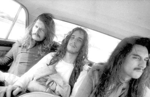 Spinetta (centro) con cabello largo
