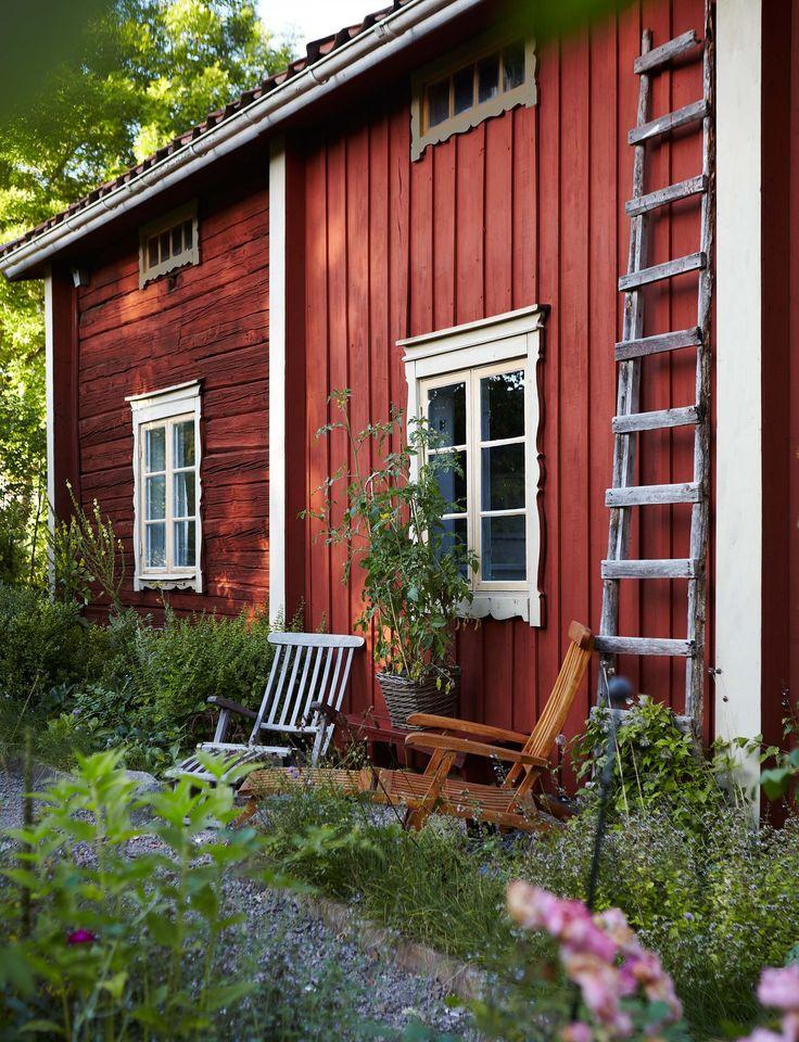 Ett gammalt missionshus som stått tomt i flera år och saknade både vatten och avlopp. Vilket fynd! Carl-Johan och Sara slog till och använde semestern till att få drömhuset beboeligt.