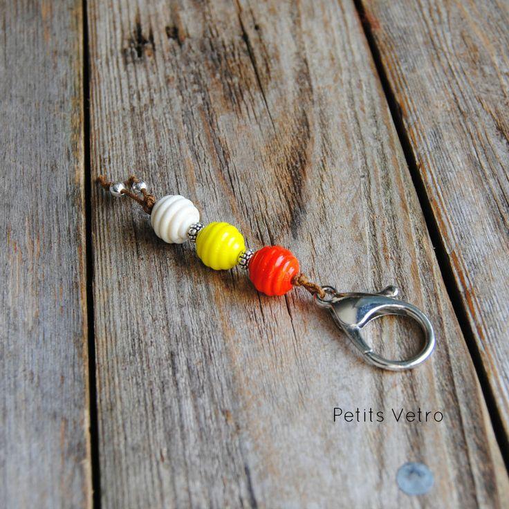 Portachiavi con moschettone e perle in vetro di murano rosso, giallo e avorio di LampworkAndMore su Etsy  #petitsvetro #lampwork #handmade #lampworkbeads