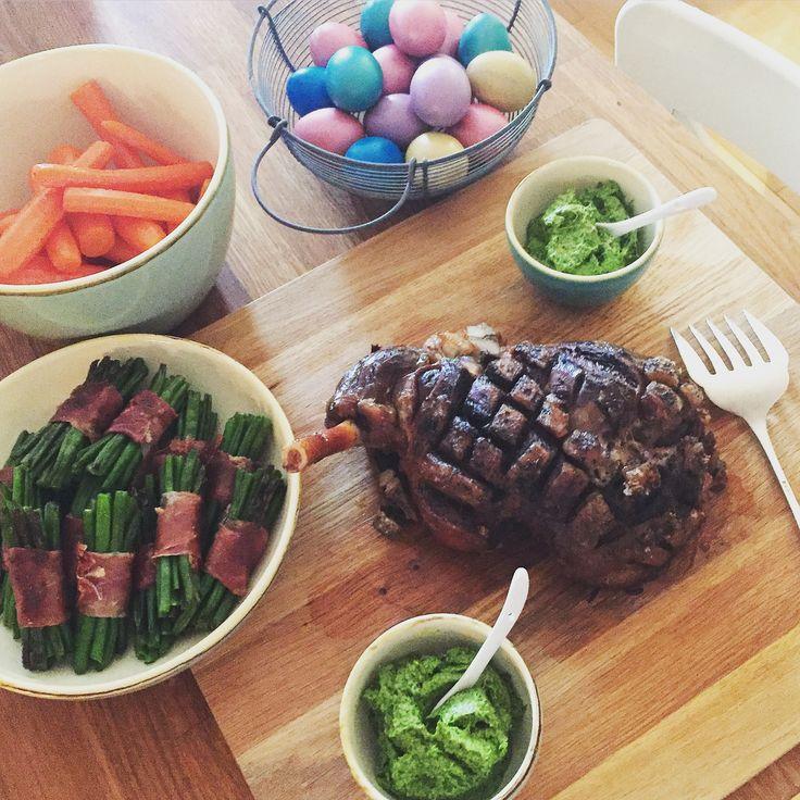 Happy Easter! http://www.die-kuecheninsel.at/lammkeule-mit-salsa-verde-glasierten-karotten-und-kohlsprossen/