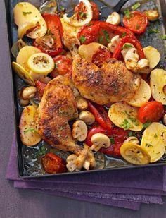 Knuspriges Huhn vom Blech mit Paprika, Kartoffeln, Zitrone und Champignons