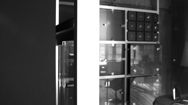 Showroom CDA Polska, czyli miejsce, w którym na na żywo sprawdzić m.in. w jaki sposób mocowane powinny być okucia punktowe, uchwyty oraz zawiasy stosowane przy szklanych drzwiach i kabinach prysznicowych.