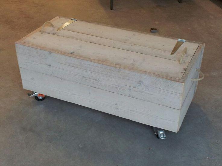 Hocker met bergruimte. Verzonken deksel. Gebruikt steigerhout. Elk formaat en elke kleur leverbaar. Alles in overleg. Elk meubel wordt standaard geschuurd afgeleverd (splintervrij). Bekijk ons volledig portfolio via: www.facebook.com/DeJongVintageDesign of vraag vrijblijvend een offerte aan via: DeJongVintageDesign@Gmail.com