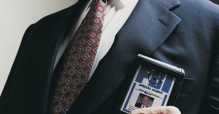 Requisitos para una carrera en el FBI. Si estás interesado en trabajar para la Oficina Federal de Investigación (FBI, por sus siglas en inglés), hay varias cualificaciones que tendrás que cumplir. Recibir una educación adecuada, así como tener una cantidad significante de experiencia colocarán a las personas que trabajan duro hacia una carrera en el FBI para convertirse en un agente.