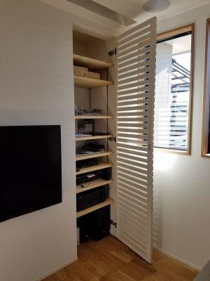 【オーディオ収納用建具】扉を開いたところ。内部は可動棚を使用して、オーディオ機器類以外の ゲーム機やDVDなど、高さによって調整できるようになっています。