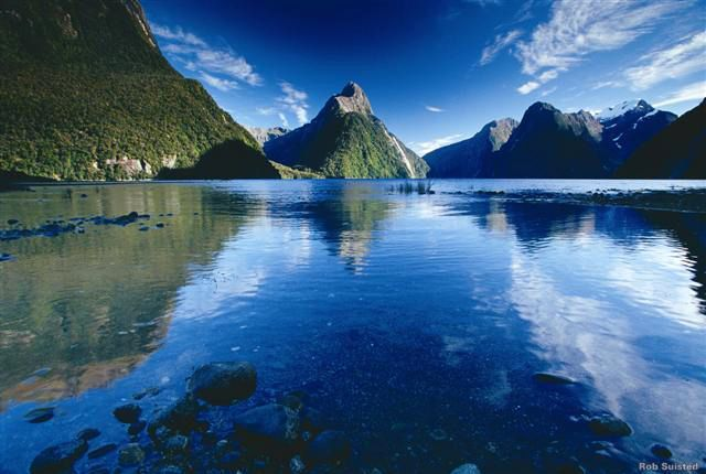 Milford Sound: Új-Zéland leghíresebb látványossága a Fiordland Nemzeti Park legészakabbra fekvő pontján található. A sötétkék vizek és megdöbbentő hegycsúcsok látványát kínáló területen gyakoriak az esőzések, és az így létrejövő vízesések, melyek lépcsőzetesen folynak le a sziklákon, csak még gyönyörűbbé teszik az egyébként is mesébe illő táj szépségeit.
