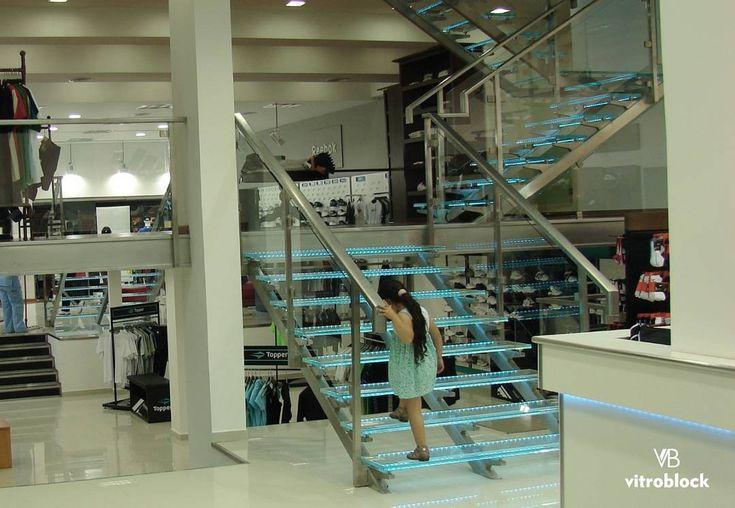 CRISTAL DE SEGURIDAD ⚬Escalera de cristal de seguridad laminado; de F12+F12, 25mm de espesor con bandas anti deslizantes. . . #Vitroblock #LadrilloDeVidrio #CristalDeSeguridad #CristalLaminado #Seguridad #AntiDeslizante #Arquitectura