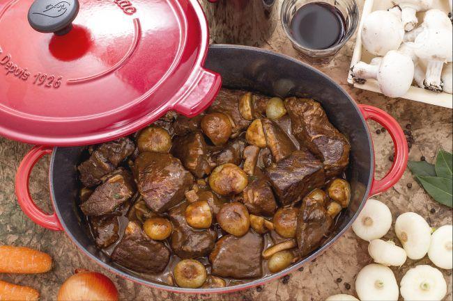 Il bouef bourguignon è uno dei grandi classici della cucina francese: polpa di manzo cotta a lungo nel vino Borgogna, con cipolline e champignon!