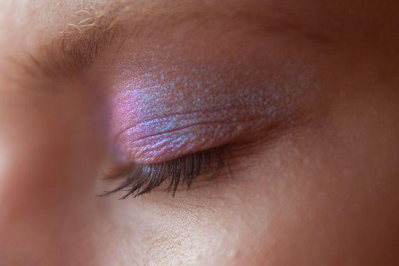 Tammy Tanuka Siegel inspiriert Loose\Mineral Eyeshadows.  Fairy - Dragonfly Teich Geist. ФЕИ - ДУХ СТРЕКОЗИНОЙ ЗАПРУДЫ.  Das Foto zeigt das Produkt unter dem direkten Licht (Lampe oder Sonnenlicht, funkelnde glitter) und indirektes Licht (Tageslicht oder im Schatten)  Sampler 0,6-0,8 Gr Glas ohne Sieb. Ingridients: Titandioxid, Siliziumdioxid, Zinnoxid, Mangan violett, synthetische Fluorophylogopite