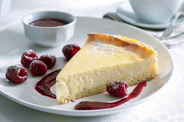 Tvarohový koláč s malinovou omáčkou | Apetitonline.cz