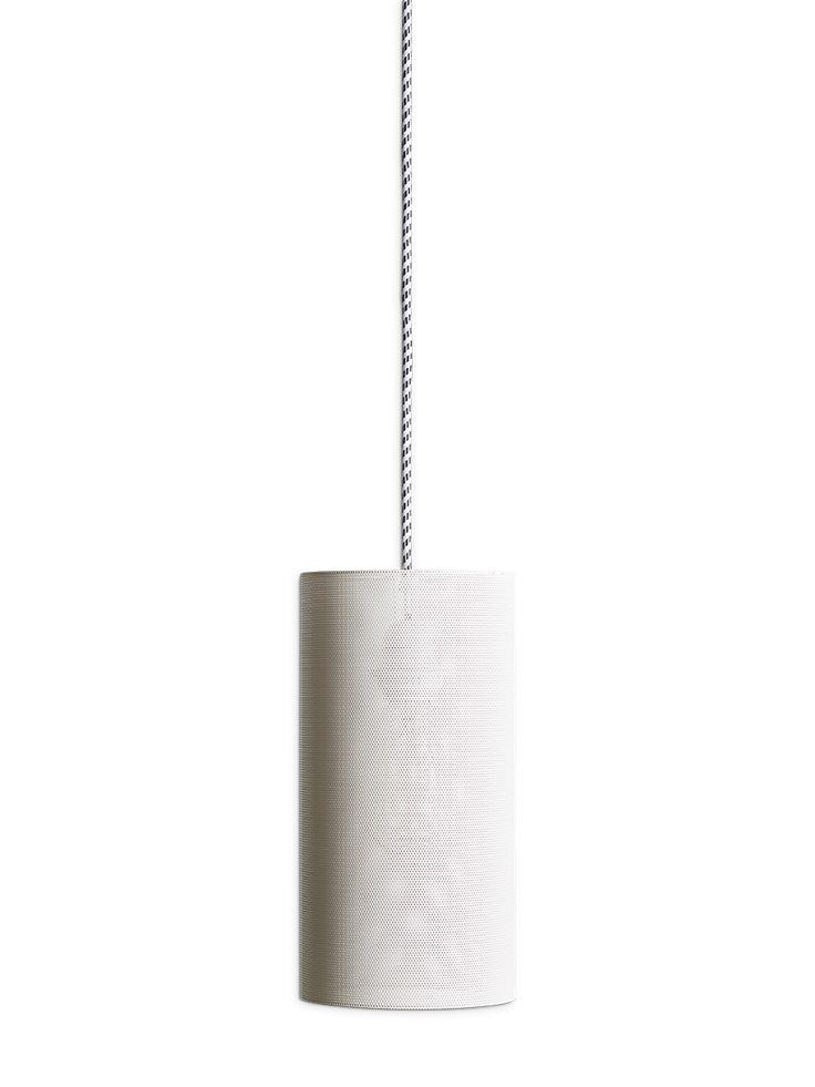 abat jour en t le perfor e blanc qui telle une r sine ajour e laisse passer joliment la. Black Bedroom Furniture Sets. Home Design Ideas