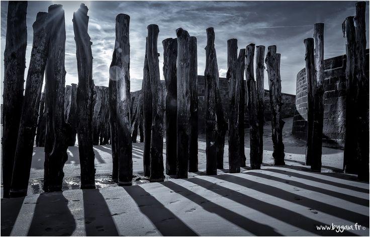 photo mer jeu ombre soleil photo noir et blanc arbres pieux rempart saint malo Photos plaisir - Photographe mariage rennes judith gouebault