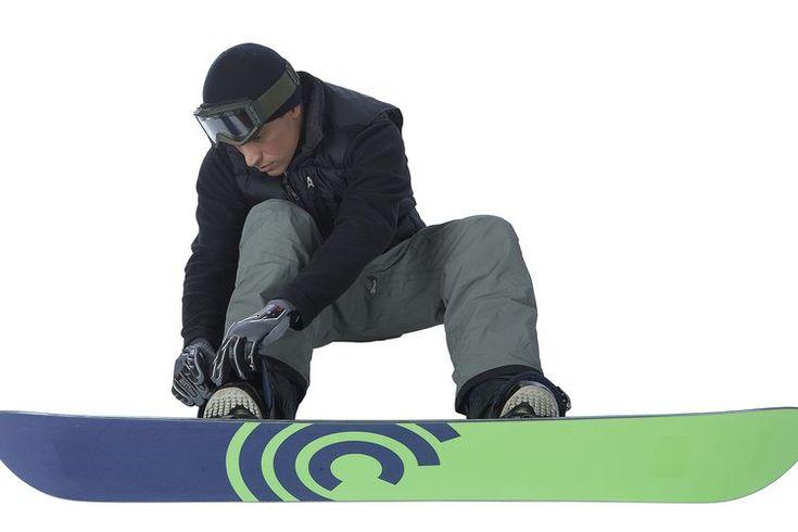 Cómo ajustar apropiadamente las correas de tobillo de snowboard. Al ajustar las correas de tus uniones para un mejor rendimiento, debes enfocarte en la comodidad y el ajuste. Tu bota debe sentirse cómoda en las uniones, pero no tanto que el flujo de sangre a tus pies esté limitado. Si los puntos de ...