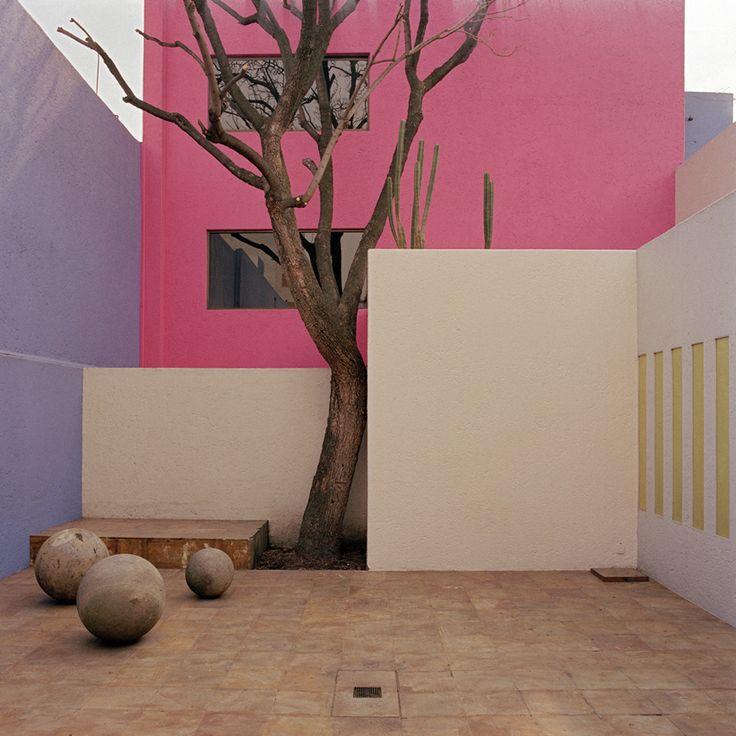 Today March 9 we celebrate the incredible use of color of Luis Barragán. #AiresLatinos - Casa Gilardi, Mexico City.