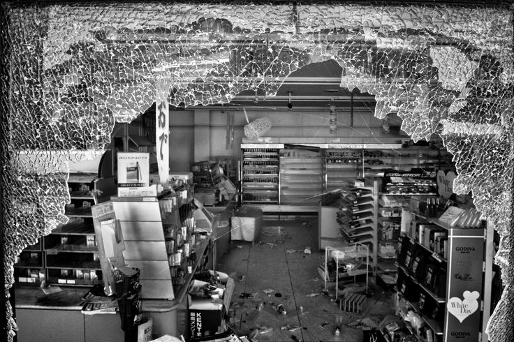 """""""Scelgo i progetti, e le storie che si compongono viaggiando, guidato dall'emozione e dall'istinto"""". Le parole di Pierpaolo Mittica, classe 1971, fotografo esperto di reportage, ci portano prima dalle parti di Chernobyl, poi dritti all'inferno di Fukushima, deserto pulp invaso da detriti e voci litigiose di fantasmi.  [dall'articolo di Filippo Brunamonti, Il Sole 24 Ore, 20 marzo 2013]  ph. Pierpaolo Mittica (2011) Supermercato devastato dai ladri, Futaba"""