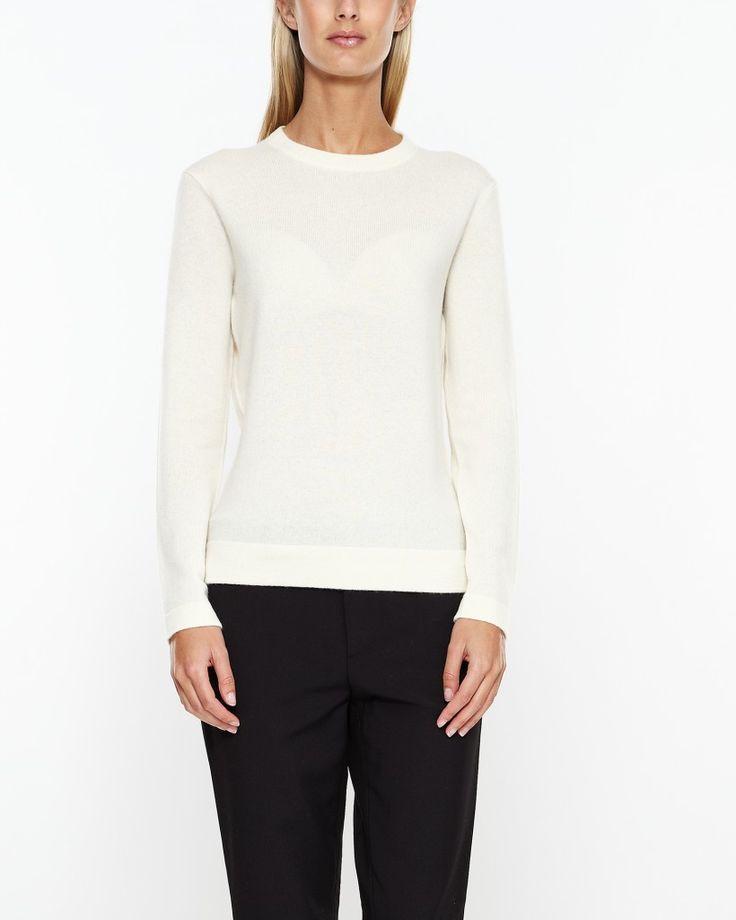Fin stickad tröja från Polo Ralph Lauren i mjuk kaschmir. Rund halsringning och långa ärmar. Finns i två färger. Bär med blå jeans för en klassisk och ledig look.