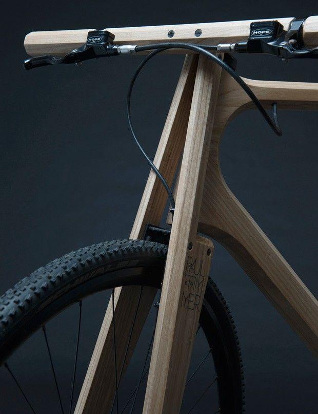 Designer basé à Amsterdam, Paul Timmer a créé un vélo en bois de frêne massif équipé de pièces en aluminium imprimées en 3D. Pesant seulement 11 kg, le vélo à pignon fixe est conçu pour être utilisé sur une variété de terrains.