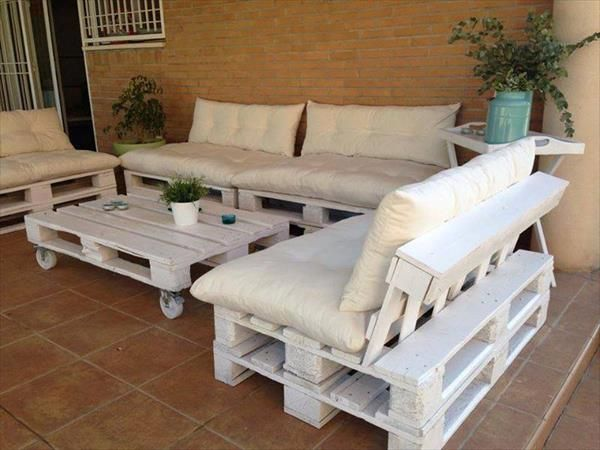 Indoor White Pallet Sofa Set: Shabby chic indoor white pallet seating arrangement which form a tremendous seating and coffee taking plan on a budget equal to nothing.