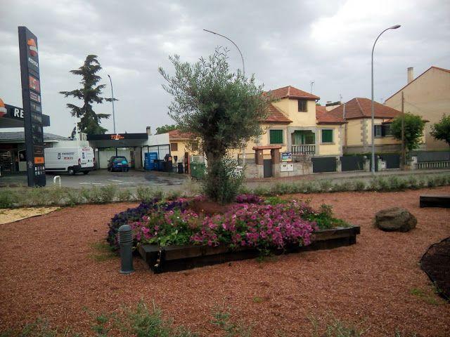 Xerojardinería. Solución ornamental para un espacio situado en el cruce de una carretera con una travesía urbana. Su característica principal es su bajo costo de mantenimiento, ya que se han utilizado arbustos y plantas adaptados a la zona donde se encuentran.