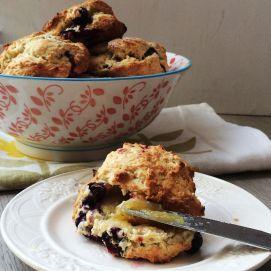 In een mum van tijd heb je zelfgebakken scones op tafel staan en kun je thuis je eigen high tea houden. Een ideaal recept om samen met je kinderen te bakken.