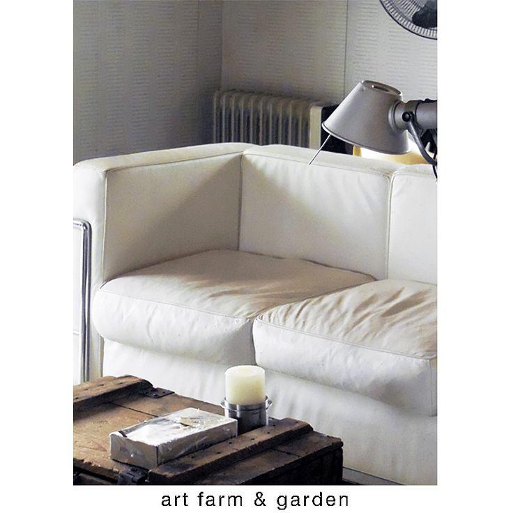 雨の日は、コルビジェのソファーでゆっくりとした時間を過ごすのも...晴れた日と違った一日のはじまり。