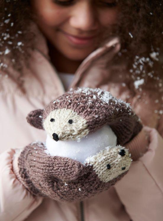 große Liebe: Igel-Handschuhe! #stricken #kreativ #Inspiration #DIY #Projekt #selber #machen #selbermachen #Wolle #ungewöhnlich #Idee #Winter #kalt #Handschuhe #Fäustlinge #Kindermode #Kinder #Igel #Gesicht #süß #Tier