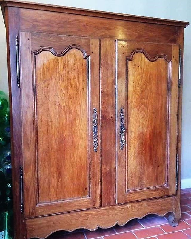 Wonderful and just a little different.  A late 18th early 19th century French country dwarf armoire/cupboard.  #antiques #frenchantiques #countryfurniture #armoire #decorativeantiques #homesandgardens #homesandantiques #frenchinteriors #forsale #antiquedealersofinstagram #stroud  #antiquesemporiumgriffinmill #jennipadley