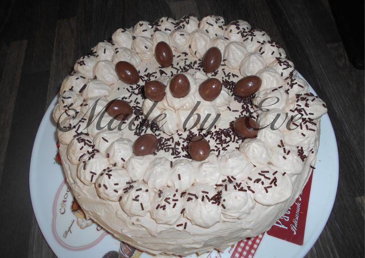 Gâteau aux Schokobons Fourrage crème mascarpone aux schokobons, et décor chantilly pralinoise