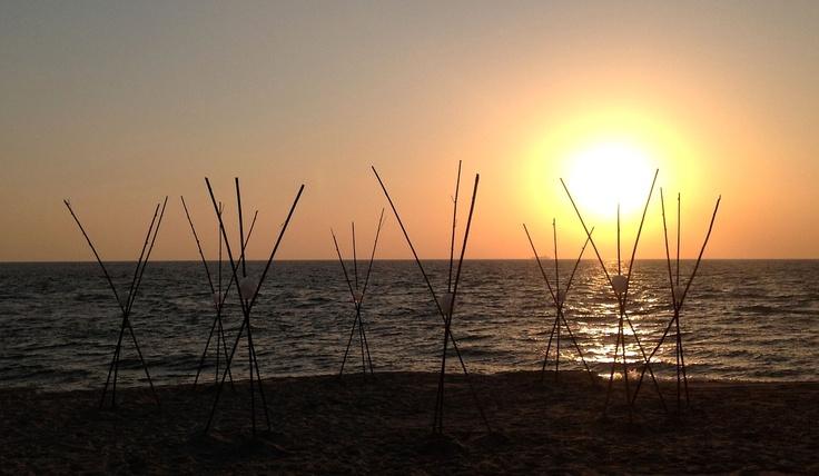 Quando l'arte dura il tempo di un tramonto - UOVA D'ACQUA di Marco Nones. L'opera di land art è realizzata con canne di bambù portate dal mare e ghiaccio. Venerdì 6 luglio 2012, San Ferdinando (Reggio Calabria) - spiaggia del villaggio LE DUNE BLI RESORT