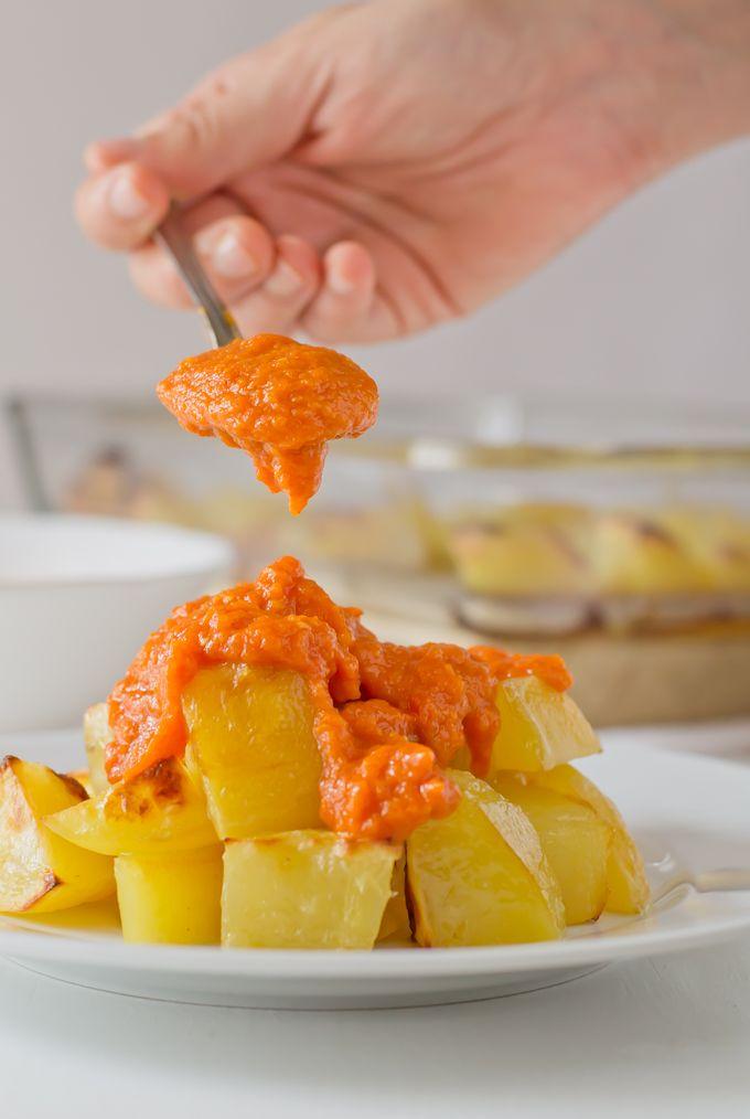 Las patatas bravas son uno de los platos más típicos de la cocina española. Esta versión es más ligera y además no tiene gluten, aunque está igual de rica.