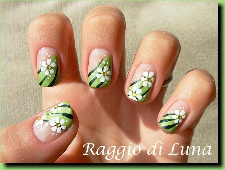 Raggio di Luna Nails: White flowers on green carpet