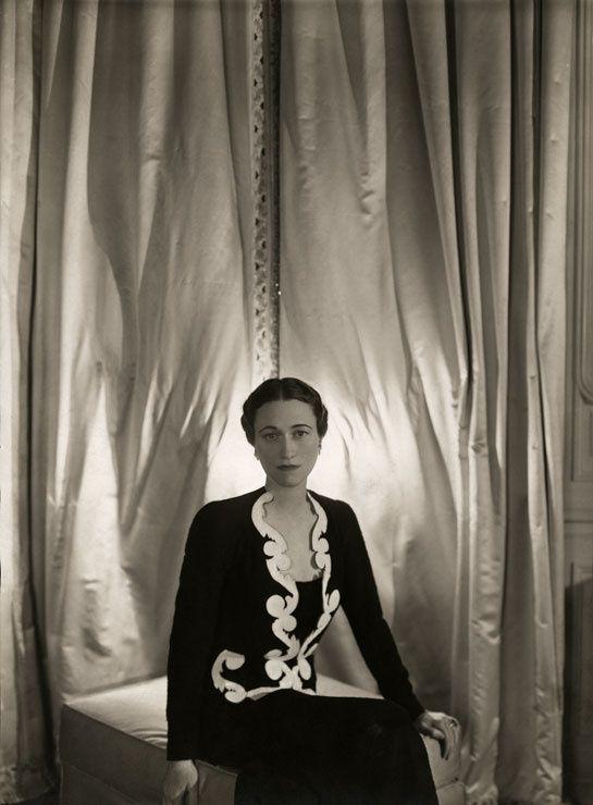 Wallis Simpson, future duchesse de Windsor (vêtue d'une veste créée par Elsa Schiaparelli), Domaine de Candé, Chambre de Fern Bedaux, Cecil Beaton, 1937.
