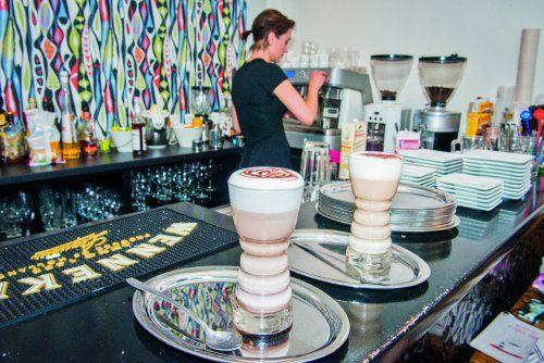 Een fijne collectie stoelen, een opvallende toog, een geïnspireerde koffie- en theekaart en misdadig lekker gebak. De koffiebar Familie Jansen had zich net zo goed in Stockholm, Berlijn of Amsterdam kunnen bevinden, maar je hoeft gelukkig maar naar het Mijnplein te slenteren om je in deze hotspot te installeren. Mag het een kokoslimoentje zijn, koffie met limoen en kokosmelk? Op zondagochtend enkel open voor reservaties brunch.