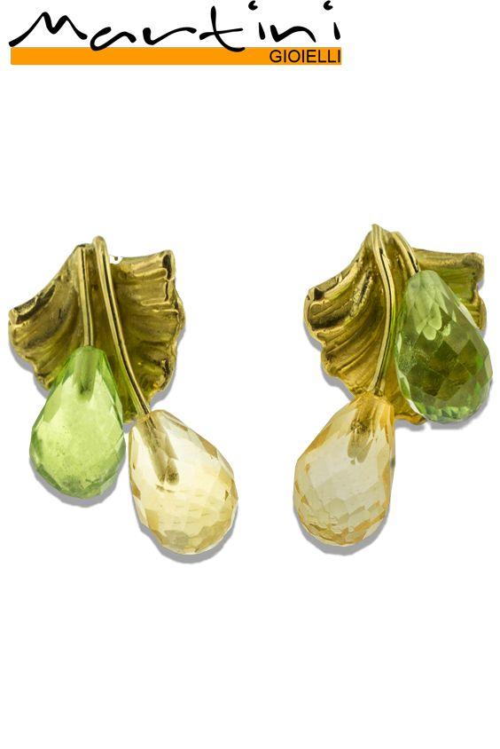 Orecchini in oro giallo arricchiti da peridoto e quarzo lemon. Creazione unica, realizzata a mano. Earrings in yellow gold enriched with a peridot and a lemon quartz. Unique creation, totally hand-crafted.