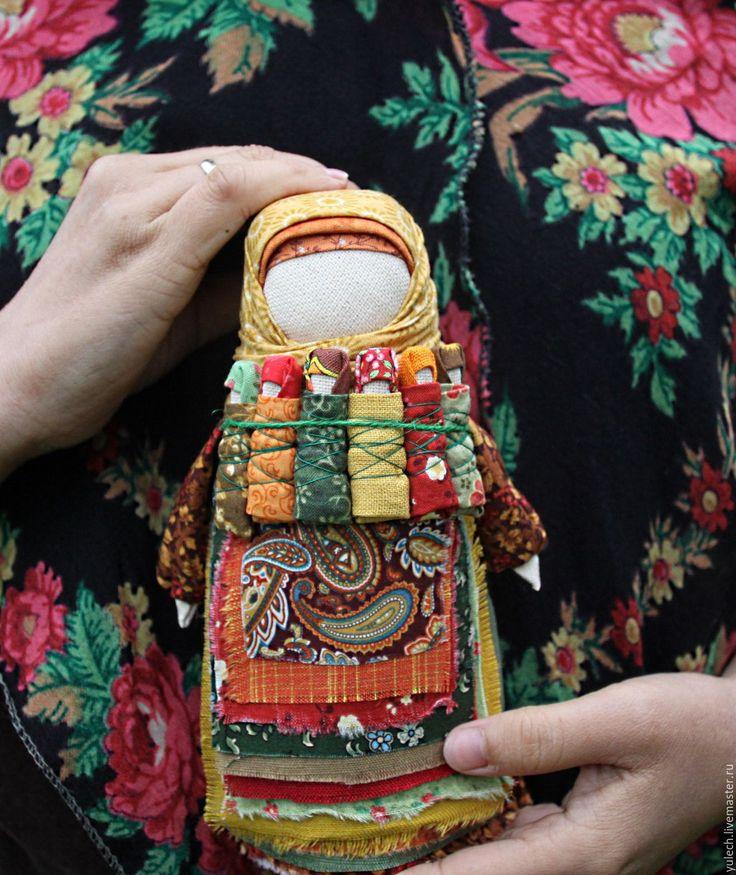 Купить или заказать Народная русская кукла-семья 'Русская осень' в интернет-магазине на Ярмарке Мастеров. Во время девичника было много обрядов и один из них - изготовление куклы Московки, как московское княжество объединило более мелкие. Называли ее еще Семья, Седьмая я и Плодородие,чтобы будущая семья была дружная, крепкая, детьми богатая.